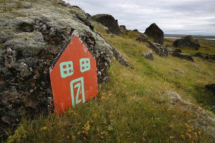Дверь в жилище эльфов недалеко от города Селфосс в Исландии: