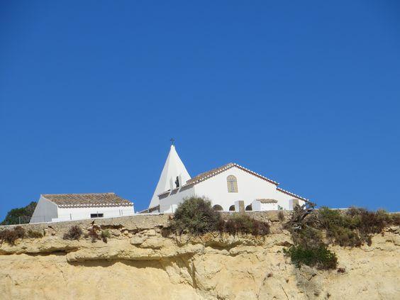 Впрочем, вся прибрежная часть Португалии напоминает огромную яркую сказку с бездонным синим небом, таким же синим океаном, яркими цветами и сияющей белизной маяков, домиков, церквей…: