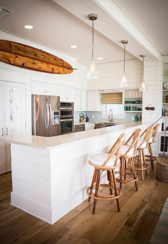 planche de surf, une cuisine blanche contemporaine et une planche décorative en bois