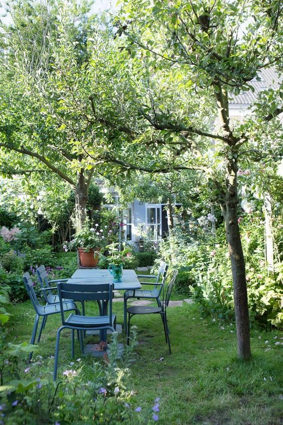 ...It's in Haarlem in the Netherlands , the owners of this house have installed their bohemian and friendly universe. The lush garden adds a rustic charm to this century-old house . Photos: Anouk De Kleermaeker Bohemian style in the Netherlands ...: