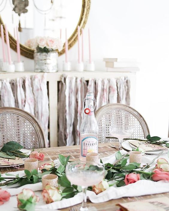 Beautiful Valentines Day table setting ideas #valentinesdecor #valentinesdecorations #valentinesdinner: