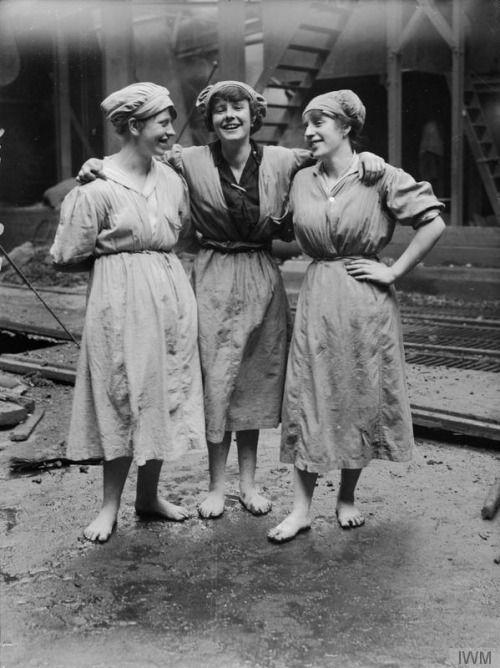 © IWM (Q 28353) Three female Scottish rope workers, November 1918.: