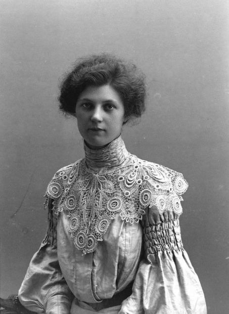 Elegant lady in a fabulous dress, 1904. The lace detail on her collar and those sleeves. Just stunning!: