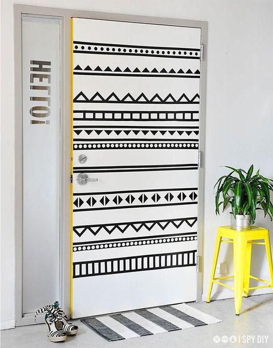 Qua tal decorar a sua casa com fita isolante? O material traz mais vida para qualquer parede sem graça, é rápido, barato e super DIY. Inspire-se!: