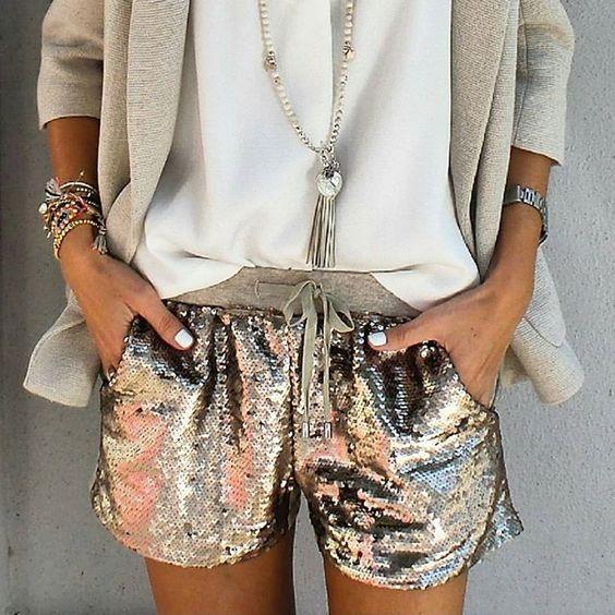 Short doré à sequins, blouse blanche, blazer et bijoux