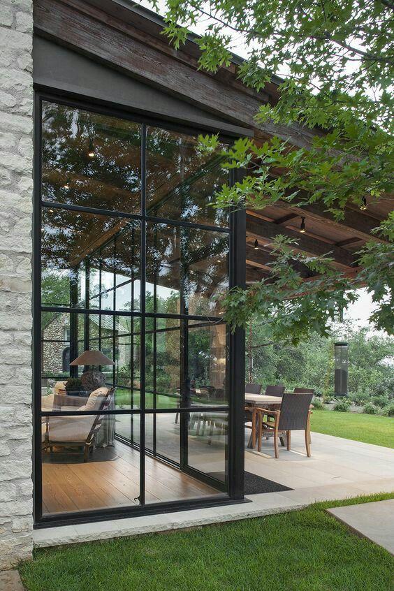 duże okna, nowoczesne okna, okna do ogrodu zimowego, patio, dekoracje na patio, dekoracje do ogrodu, patio w stylu skandynawskim, patio w stylu orientalnym