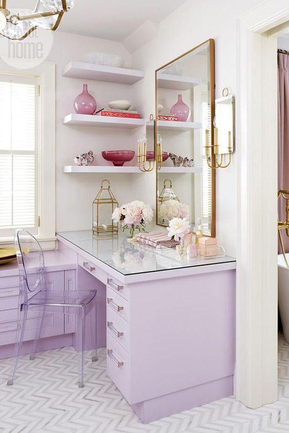 Decoração de quarto  com branco , lilás e dourado .: