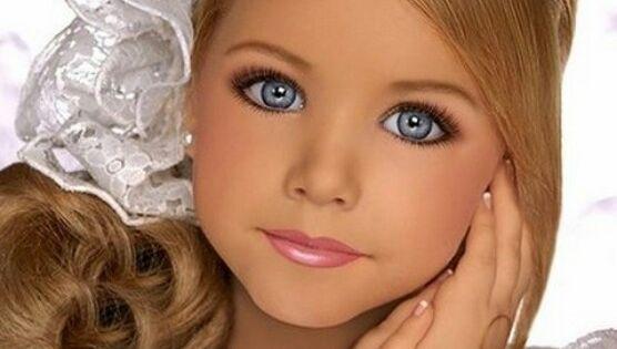 Eine Keine Puppe B Die Kleinen Models Little Cuties