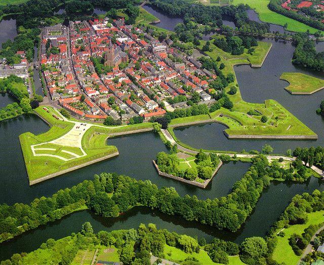 Naarden dilihat dari atas (Sumber : https://nl.pinterest.com/vestingmuseum/naarden-vesting/)