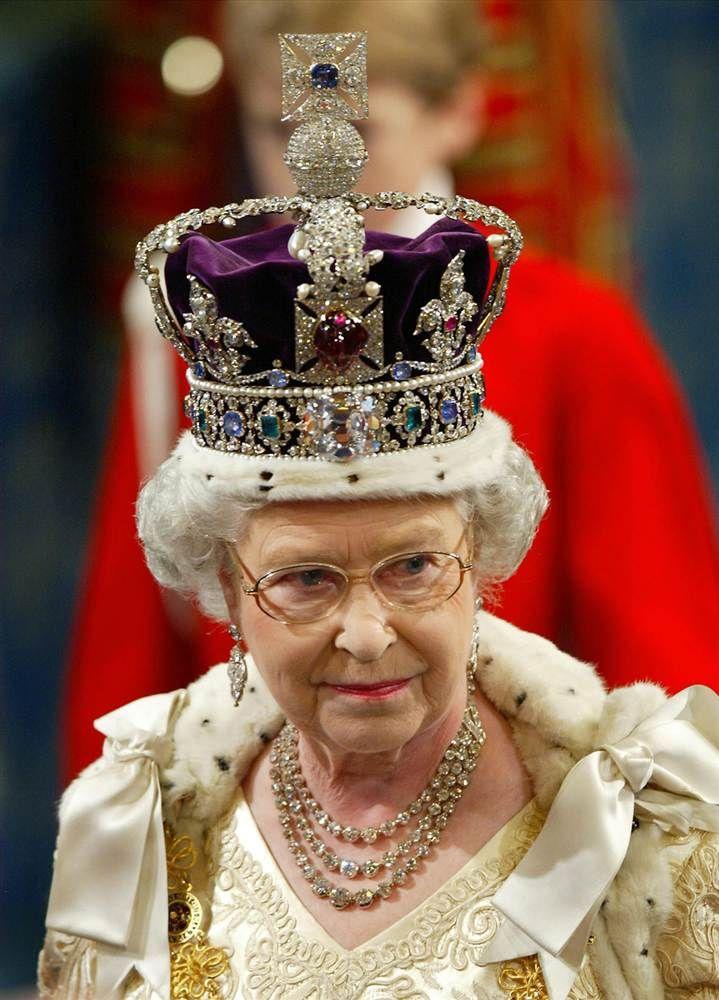 Queen Elizabeth II wearing the Imperial State Crown