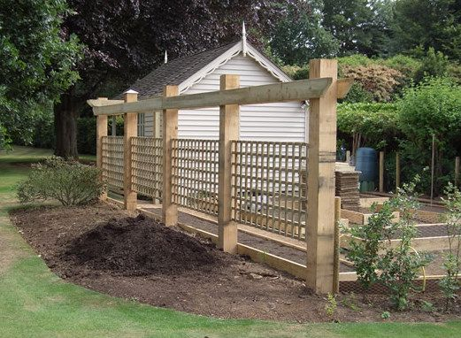 Trellis_fence_oak_posts
