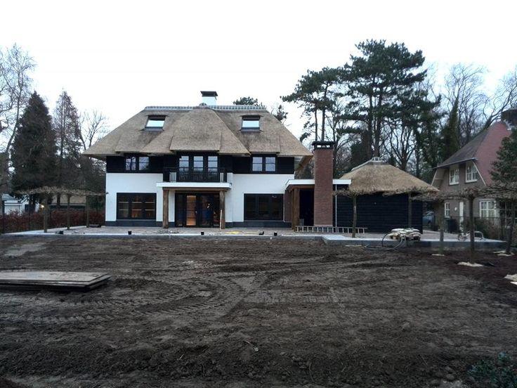 Gestuct Huis Met Zwarte Potdeksel Planken Rieten Dak Vanaf De Tweede Verdieping Met Plat Dak