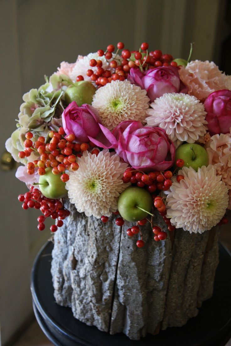 I love this amazing flower arrangement with roses, mums