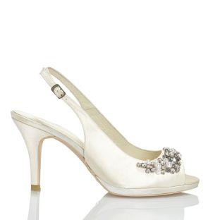 Zapato de novia en satín con pedrería de Menbur (ref. 4205) Satin bridal shoes by Menbur (ref. 4205)