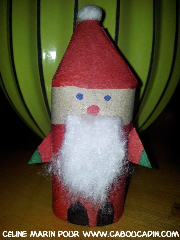 un père Noël avec un rouleau en carton de papier toilette