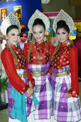 Malaysian Girls Dancing In Traditional Dress At Wedding