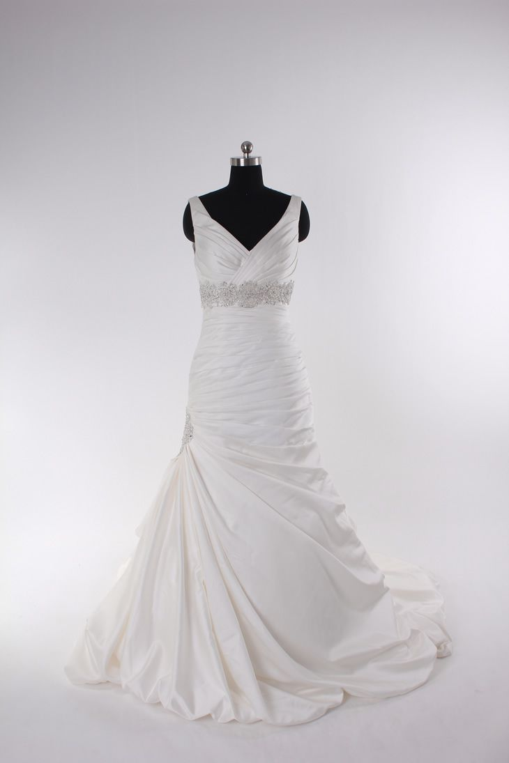 I rarely see wedding dresses I like, but this one is an exception.