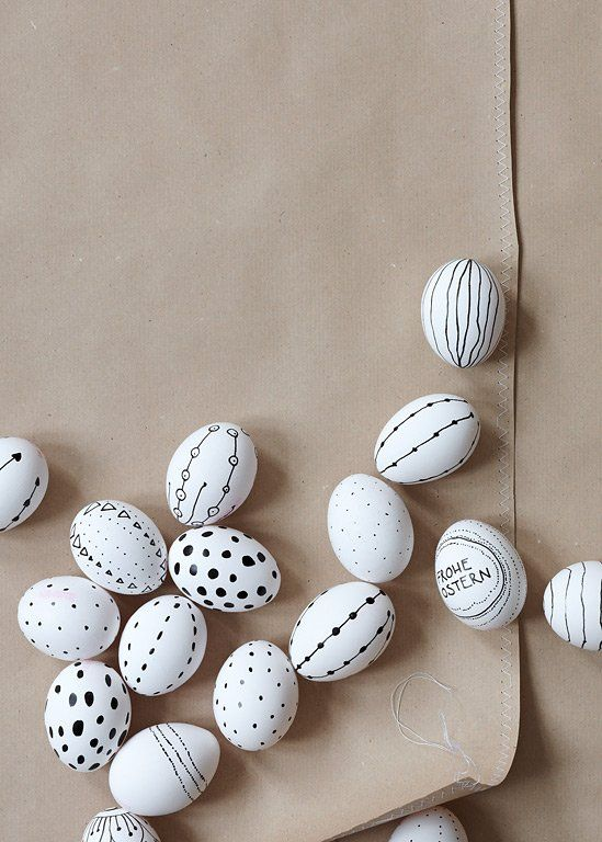 Schwarz-Weiß-Eier, gekochte Eier bemalt mit einem wasserfesten Stift