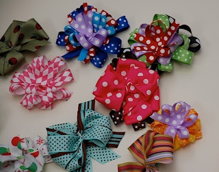 Little Birdie Secrets: how to make a hair bow… dont think the one she did but other tutorials that look good.