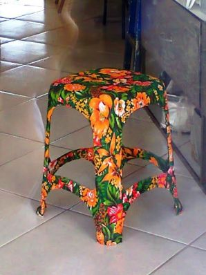 Transformando simples bancos plásticos em objetos de decoração. Bem legal.: