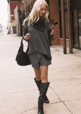Look del día: shorts, sweater oversize y botas altas, para una primavera indefinida.