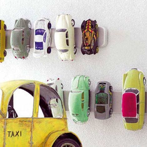 Kinderzimmer gestalten mit DIY-Ideen: So macht Aufrumen Spa! Die Autos werden einfach an der Wand geparkt! (Bild: The Style Files)