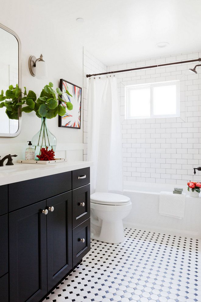 Black n white bathroom decor. banc de rangement avec paniers en ...