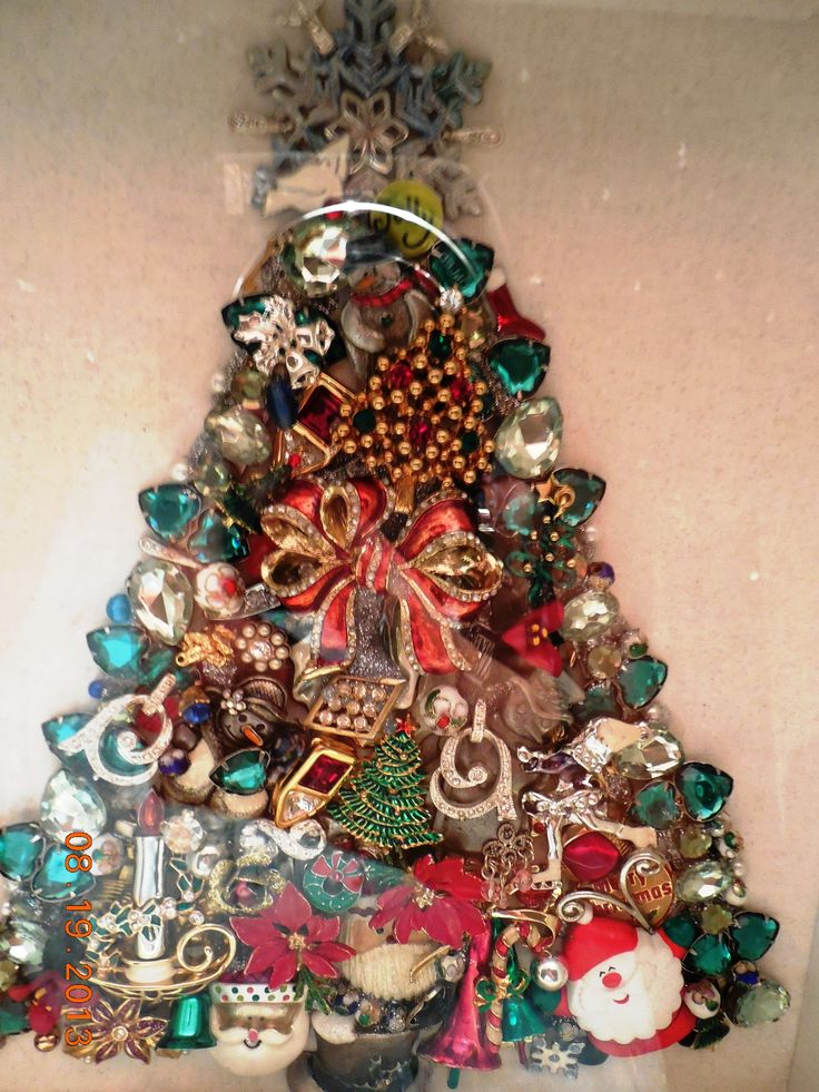 Old jewelry Christmas Tree. Vintage Jewelry Crafts