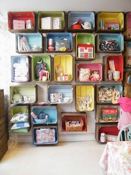 Que parede divertida feita com caixotes pintados!: