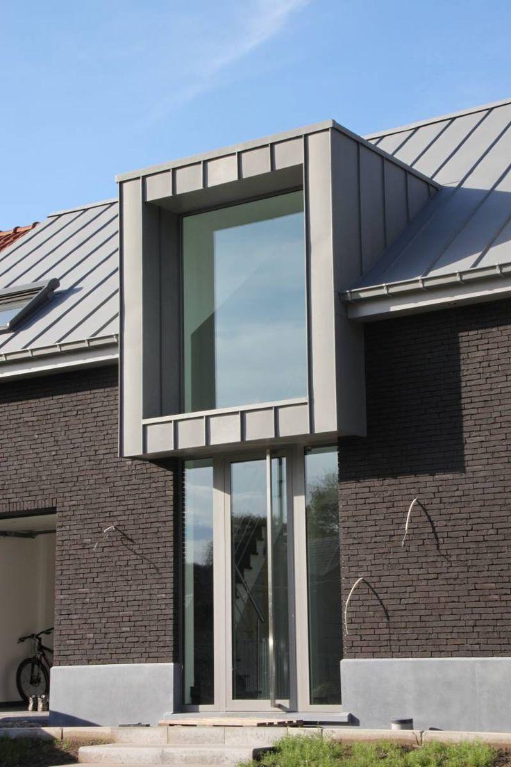 Zink wordt op het dak in banen aangebracht. Details ter