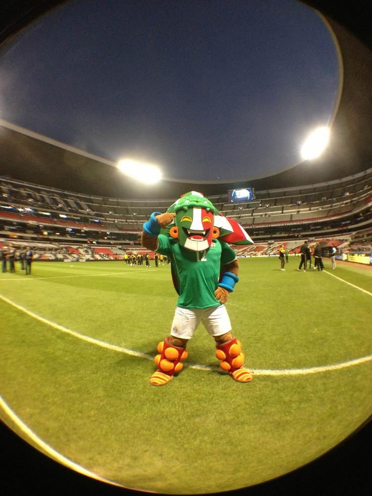 Kín saludando a la afición en el Estadio Azteca Futbol