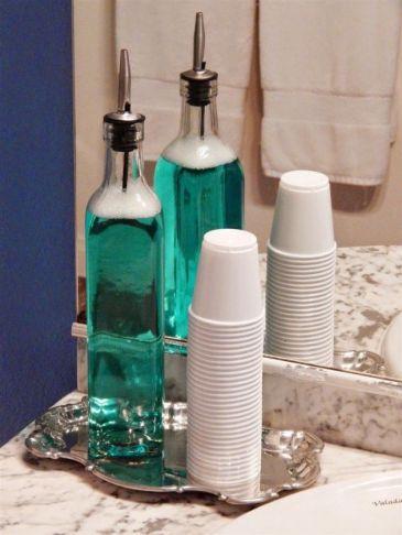 Trocar seus recipientes de plástico de bochechos por garrafas de vidros.
