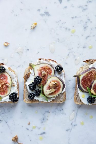 toast with figs and blackberries.