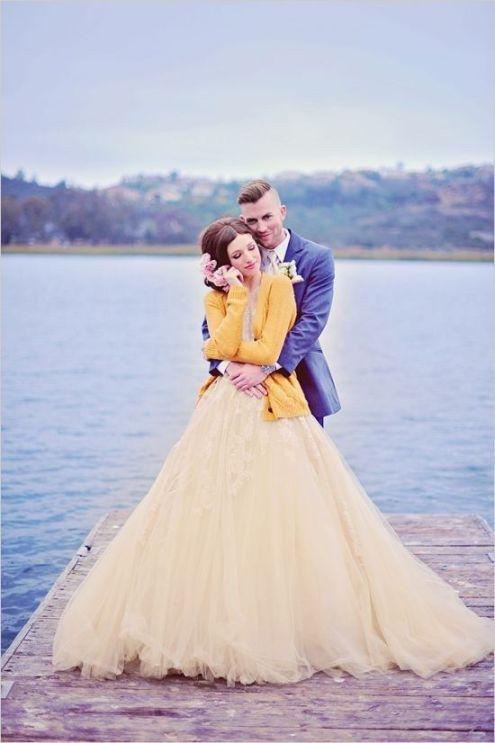 Si piensas que eso de casarte vestida de blanco ya pasó de moda, este vestido es una excelente opción: | 24 Vestidos para novias no convencionales: