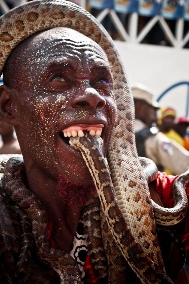 Un Homme Tenant Dans Sa Bouche La Tte Dun Serpent