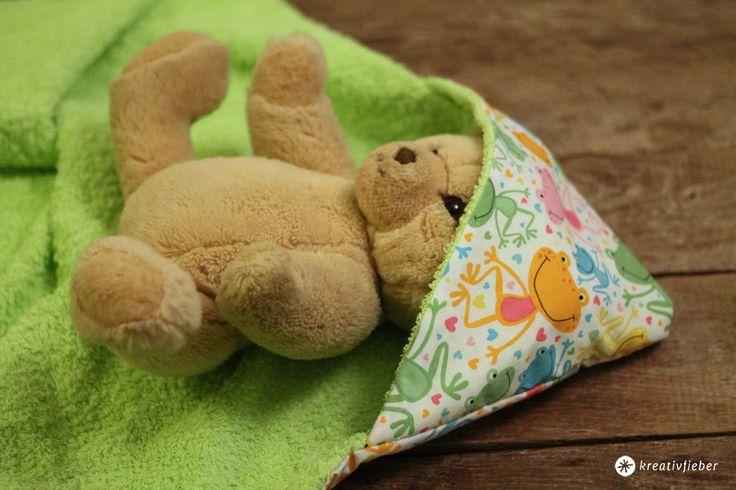 DIY: Ein Baby Kapuzenhandtuch lässt sich ganz schnell selber machen und ist ein tolles Geschenk zur Geburt! Wir zeigen Schritt