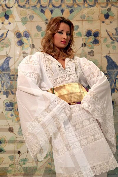 Tenue Traditionnelle Tunisienne Avec Broderie Blanche