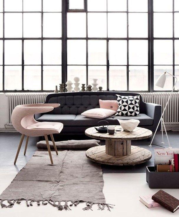 O ambiente industrial também pode ser decorado com Rose Quartz. Acima, a poltrona de formas arrojadas e as almofadas pontuam cor na paleta preto e branca: