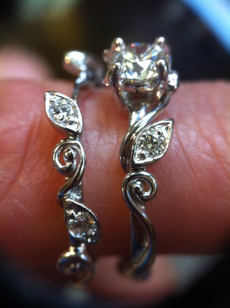Handmade engagement and wedding ring by goldsmith Allie