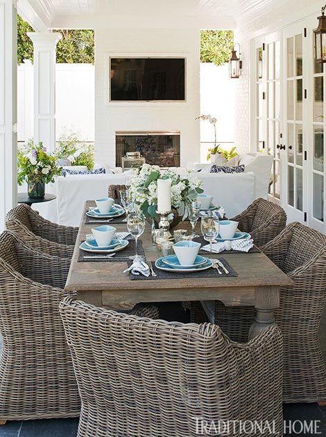 Azul y blanca casa de estilo americano clásico de Bill y Giuliana Rancic como feautred en la revista Home tradicional: