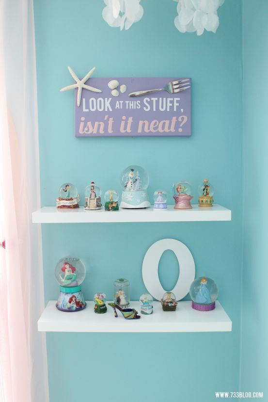 Anyone who knows me, knows that I grew up adoring The Little Mermaid. Even now, Im getting so excited over this cute bedroom idea!