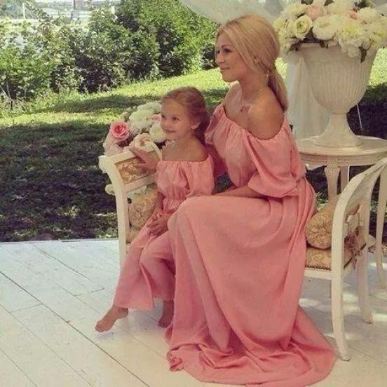 Mami e hija en vestido rosa: