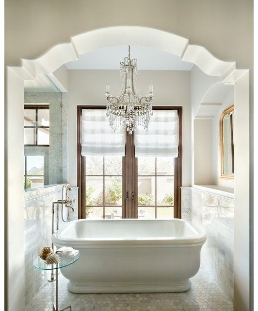 Beautiful Bathtub With Chandelier: