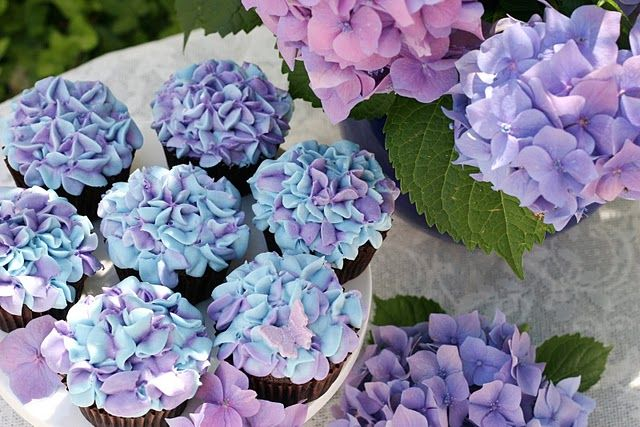 My favorite flower meets cupcakes. It's a good thing I didn't know about these for my wedding 5 years ago. This is a surprisingly