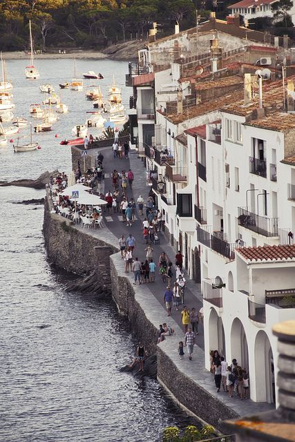 Cadaques is a favourite getaway from Barcelona. Escaping from the city, we are going to find white buildings sucking out to the