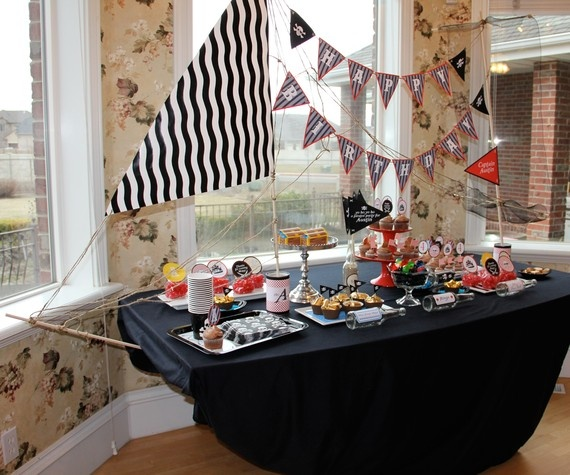 What a great pirate party table.