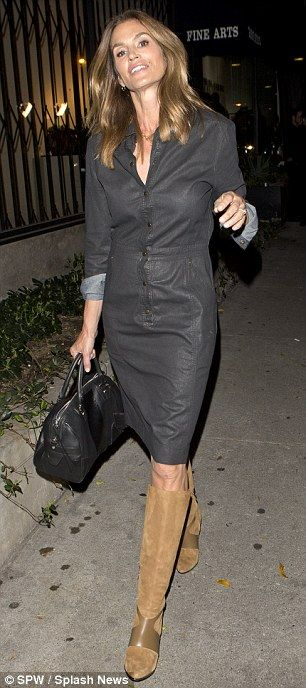 Cindy Crawford 50 Dazzles In A Chic Shirt Dress And Knee High Boots Chic Outfits Cindy