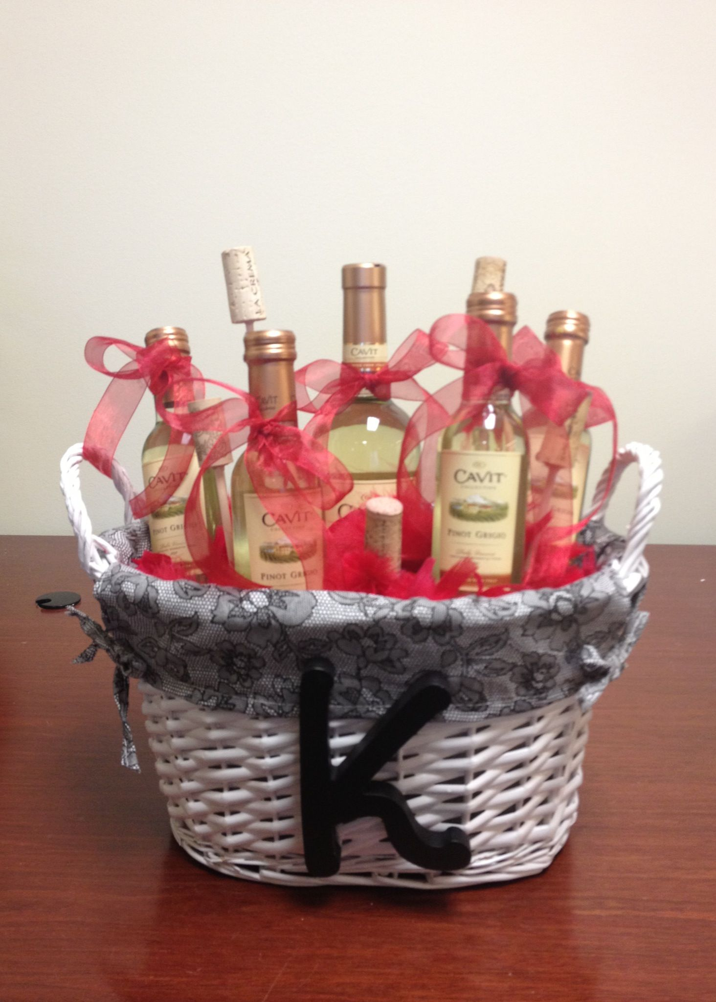Wine gift basket. Made it for my friend! DIY Projects