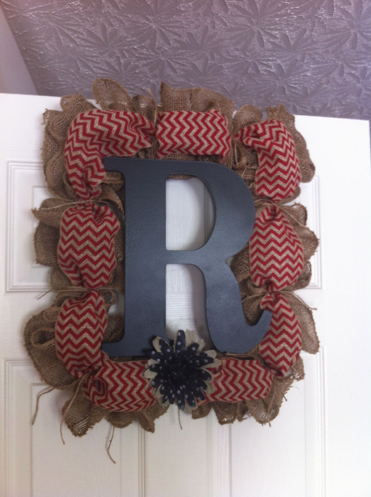 Square Burlap Wreath on a picture frame. Awesome! Square