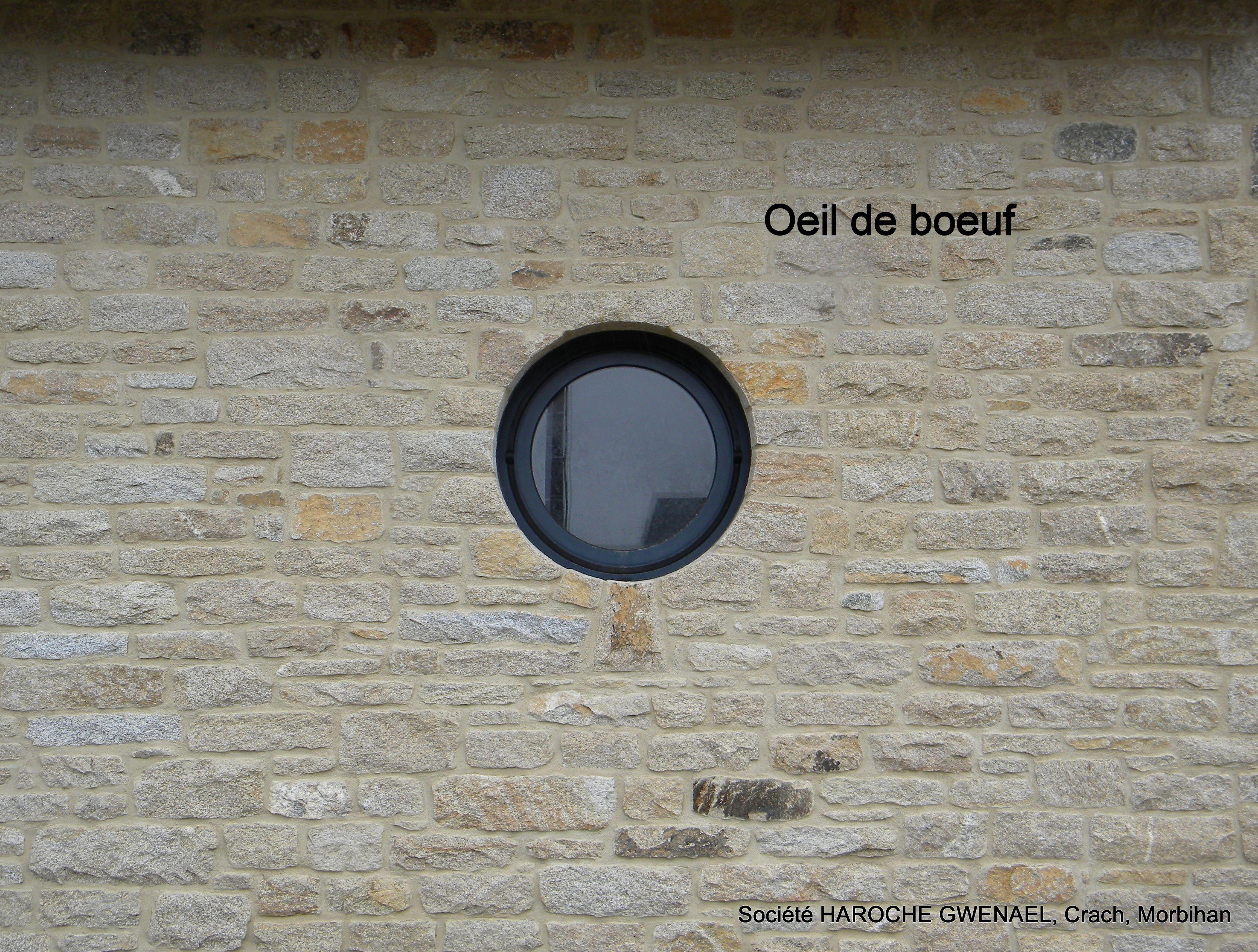 Oeil de boeuf en pierre naturelle. Bull's eye window